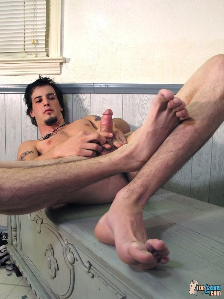 Toegasms-Axel-Straight-Skater-Jerking-Off-Playing-With-Feet-Amateur-Gay-Porn-10 Straight Skater Jerks His Hairy Dick And Plays With His Feet